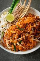 nouilles sautées au tofu et aux choux ou pad thai - style cuisine asiatique photo