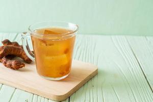 délicieuse boisson sucrée jus de tamarin et glaçon photo