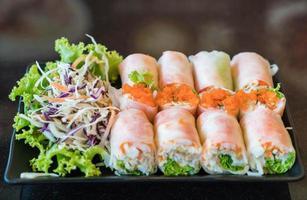rouleau de salade de légumes avec salade photo