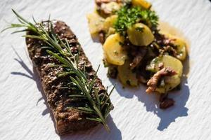 steaks d'agneau au romarin et à l'ail photo