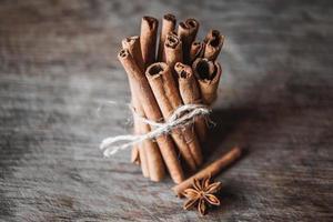 bâtons de cannelle et anison sur la surface en bois photo