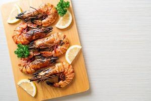 crevettes tigrées grillées ou crevettes au citron sur assiette photo