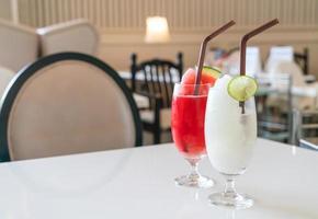 Verre de smoothie citron-lime frais dans un café et un restaurant photo