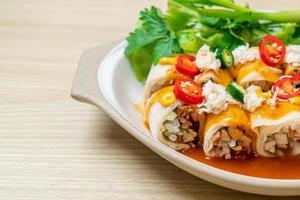 rouleau de printemps frais avec crabe et sauce et légumes - style alimentaire sain photo