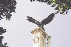 statue d'oiseau dans le château royal, budapest, hongrie photo