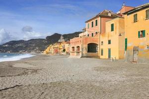 Bâtiments à la plage de la côte ligurienne, Italie photo