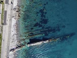 vue de dessus de la plage ligurienne, dans la ville d'imperia, italie photo