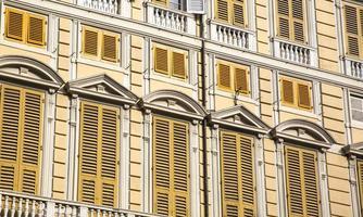 Fenêtres d'un palais ligure dans la ville de Gênes, Italie photo