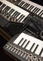 vieux synthétiseurs utilisés pour faire de la musique électronique photo