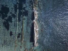 île rocheuse au milieu de la mer méditerranée photo