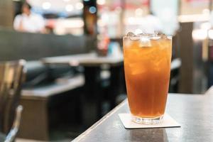 thé au citron glacé sur la table photo