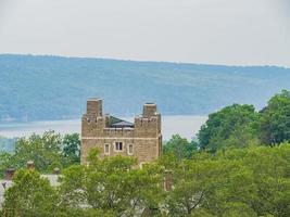 Vue extérieure ensoleillée de la tour Baker avec Lake of Cornell University photo