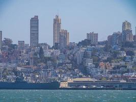 vue ensoleillée sur les toits de san francisco depuis l'île d'alcatraz photo