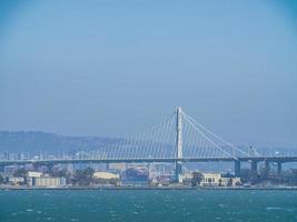 Vue ensoleillée sur le pont de la baie d'Oakland de San Francisco photo