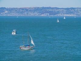 vue ensoleillée d'un navire roulant dans la baie de san francisco photo