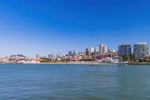 vue ensoleillée sur le parc historique national maritime de san francisco photo