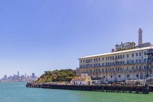 vue ensoleillée sur l'île d'alcatraz et les toits de san francisco photo