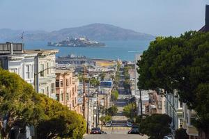vue ensoleillée sur l'île d'alcatraz et la baie de san francisco photo