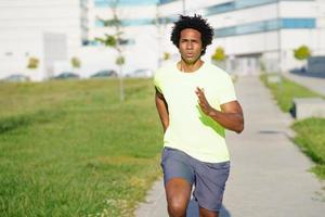 homme athlétique noir qui court dans un parc urbain. photo