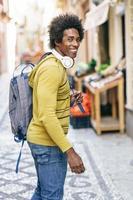 homme noir avec des écouteurs sans fil visites à grenade photo