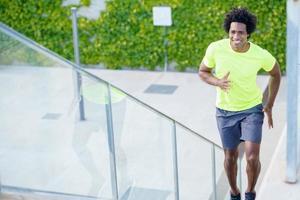 homme noir qui court à l'étage à l'extérieur. jeune homme faisant de l'exercice. photo