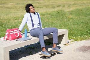 homme noir aux cheveux afro prenant une pause-café photo
