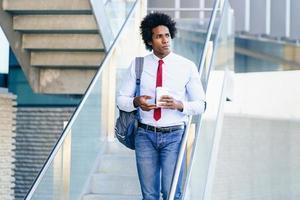 homme d'affaires noir prenant une pause-café avec un verre à emporter photo