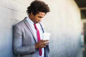 homme d'affaires noir inquiet prenant une pause-café à l'extérieur photo