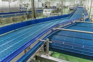 bande transporteuse vide de la ligne de production, partie de l'équipement industriel photo