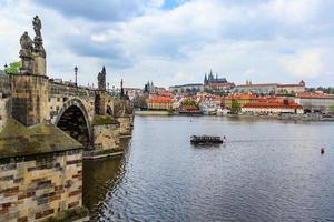 château de prague, pont charles et rivière vltava à prague photo