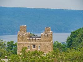 Vue extérieure de la tour Baker avec Lake of Cornell University à Ithaca, New York photo