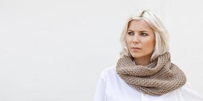snood femme en tricot de laine beige chaud photo