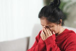 épuisé, fatigué, déprimé, stressé, mûr, réfléchi, femme âgée souffrant de maux de tête, de maladies du cerveau, de problèmes mentaux, d'alzheimer concept. photo