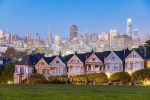 les célèbres dames peintes avec la ligne d'horizon de san francisco, californie, états-unis photo