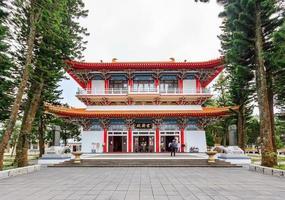 nantou, taiwan, 1er mai 2017 - temple xuanguang dans le lac sun moon photo