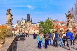 Prague, République tchèque, 14 avril 2016 - Pont Charles et tour de la vieille ville au ciel bleu, Prague photo