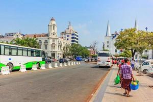 Yangon, Maynmar, 22 février 2016 - façade du bâtiment de la banque aya photo
