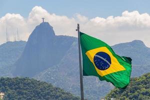 drapeau brésilien avec l'image du christ rédempteur photo