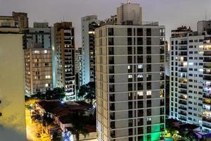 ville de sao paulo au brésil la nuit photo