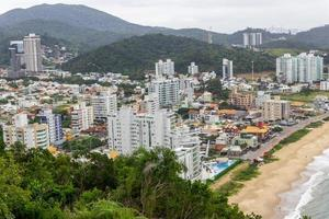 Vue du haut de la colline de la careca à balneario camboriu à santa catarina, brésil photo