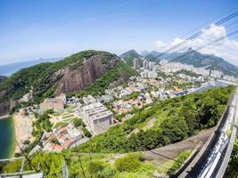vue depuis le sommet de la colline d'urca, mont du pain de sucre à rio de janeiro, brésil photo