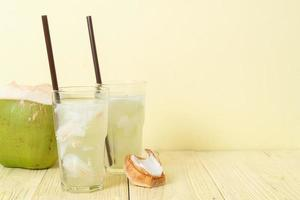 eau de coco ou jus de coco photo