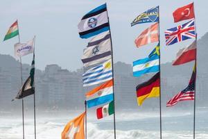 Drapeaux de diverses nations sur la plage de Copacabana, Rio de Janeiro, Brésil photo