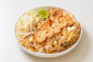 nouilles sautées aux crevettes et choux ou pad thai photo