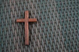 croix chrétienne en bois au sol. photo