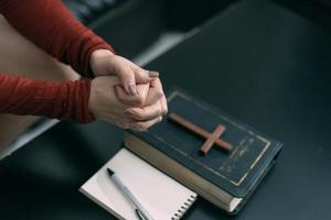 femme asiatique priant Dieu le matin, spiritualité et religion, concepts religieux photo