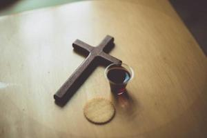 cérémonie chrétienne du pain et du jus de raisin photo