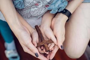 main de femme avec croix .concept d'espoir, foi, christianisme, religion, église en ligne. photo