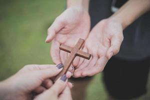 main avec croix .concept d'espoir, foi, christianisme, religion, église en ligne. photo