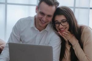 couple heureux effectuant des achats en ligne ou réservant des billets d'avion. photo
